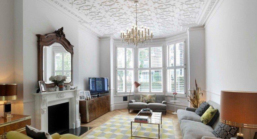 С помощью плиток из пенопласта можно легко и быстро декорировать потолок