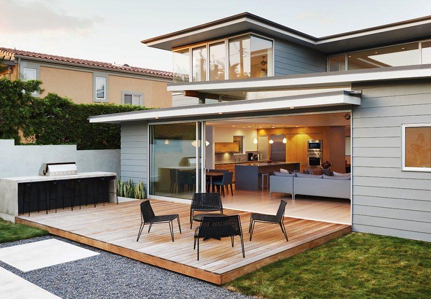 В пристройке к дому можно обустроить гостиную с кухней
