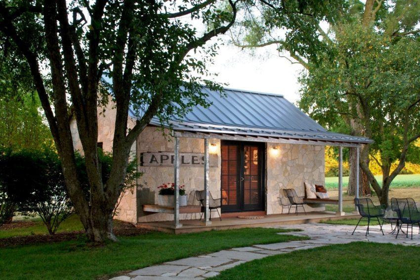 Дом облицован декоративным камнем