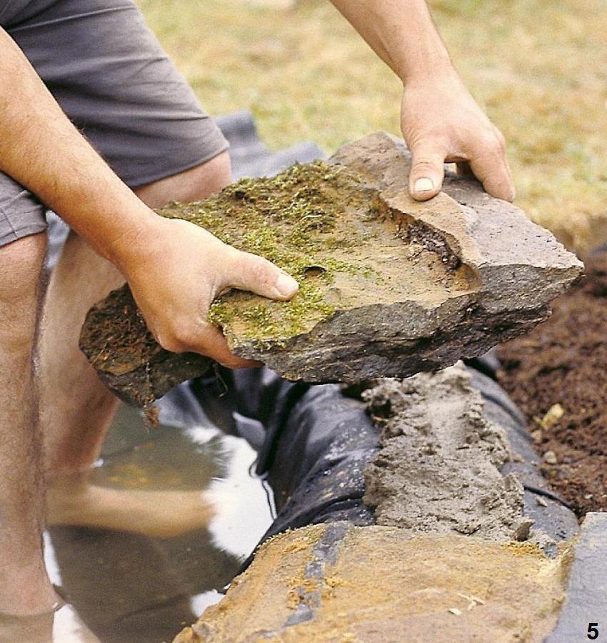 Шаг 5: укладка камней по окружности водоема