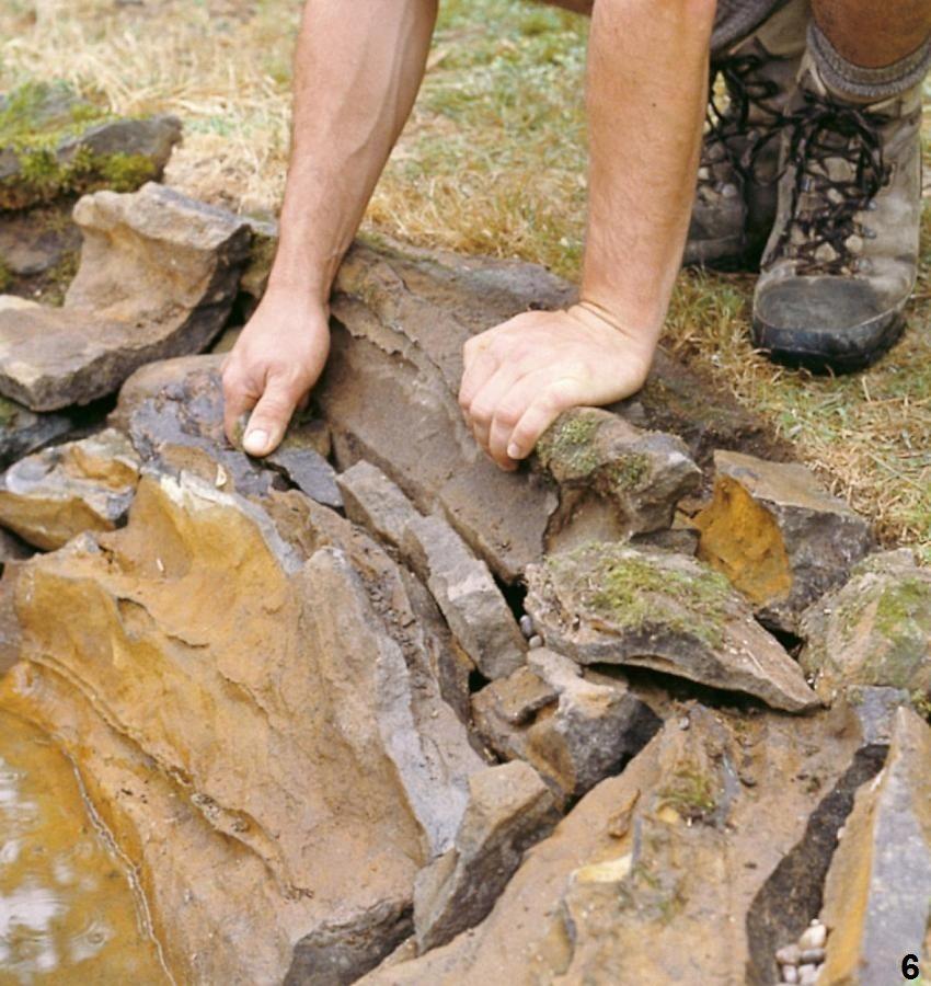 Шаг 6: оформление стенок пруда с помощью камней