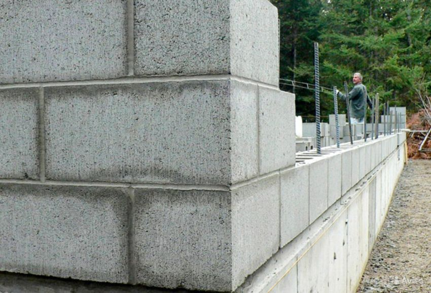 Возведение стены из пустотелых шлакоблоков