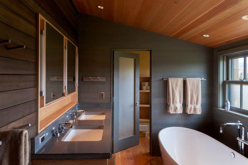 Деревянный реечный потолок в ванной