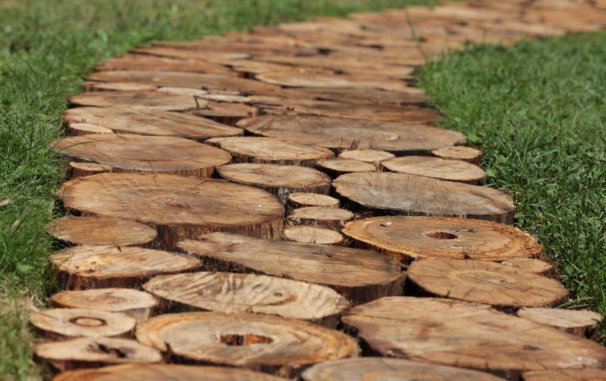 Самодельная дорожка из деревянных пеньков