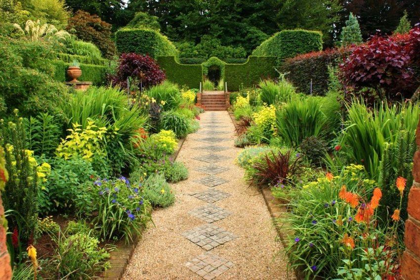 Насыпная дорожка в саду