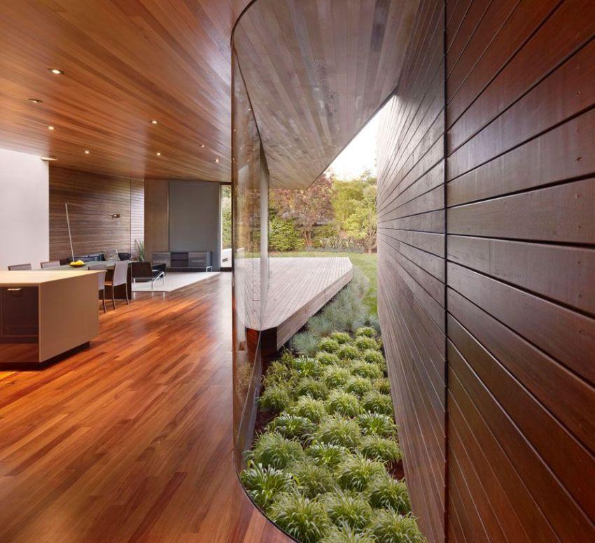 Пример дизайнерского оформления деревянного дома