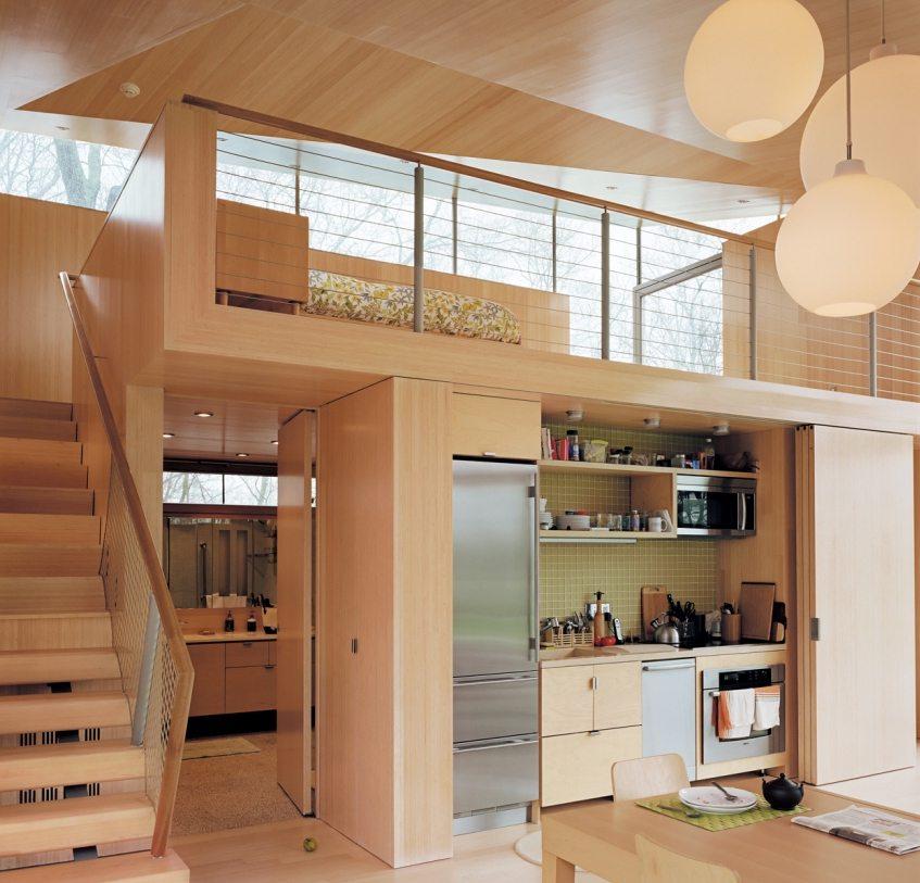 Отделка и мебель в доме выполнены из натурального дерева
