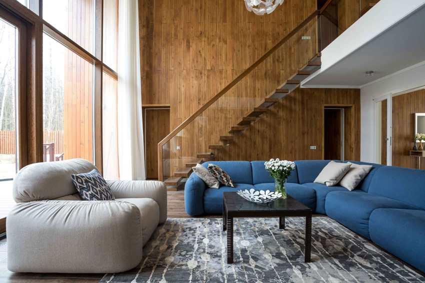 Деревянные стены в просторной гостиной