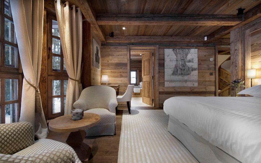 В отделке спальни использована натуральная древесина