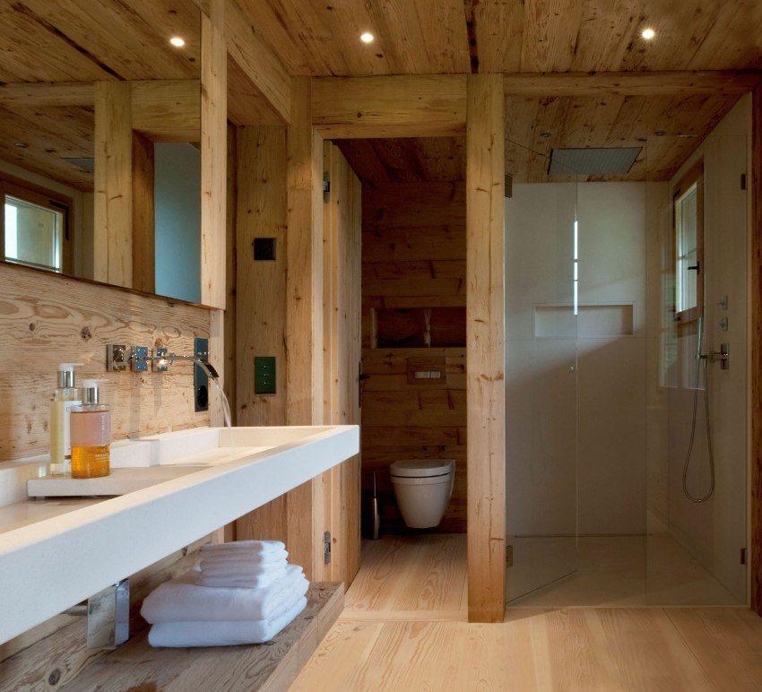 Стены, пол и потолок ванной комнаты выполнены из деревянных панелей