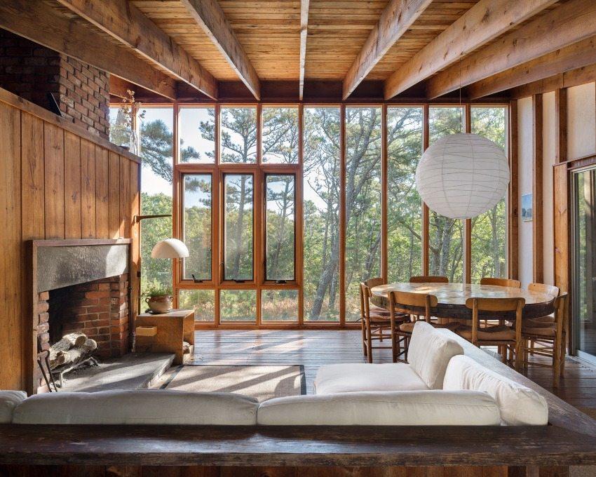 Большие окна позволяют поддерживать естественную связь деревянного дома с природой