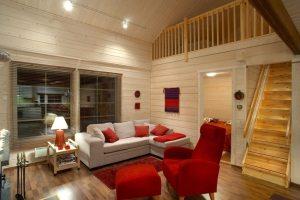 Имитация бруса на стенах и потолке создает неповторимый уют деревянного дома