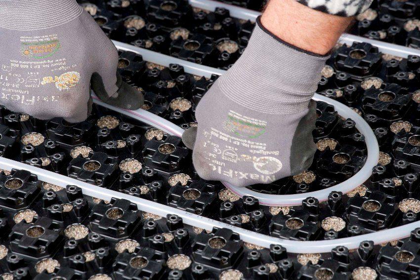 Укладка трубы в теплоизоляционную подложку из пенополистирола