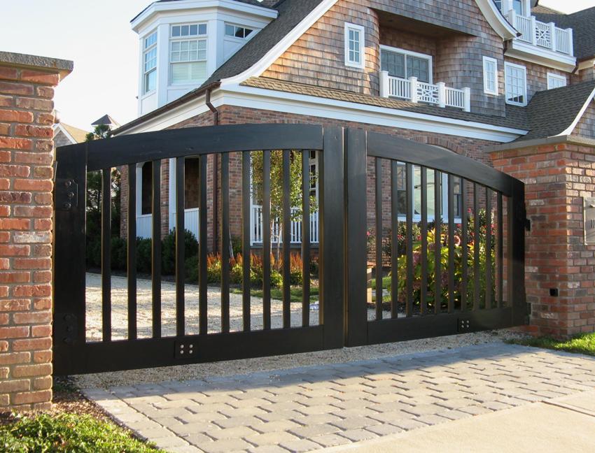 Распашные ворота в частном доме