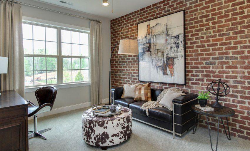 Одна из стен комнаты облицована декоративным отделочным кирпичом