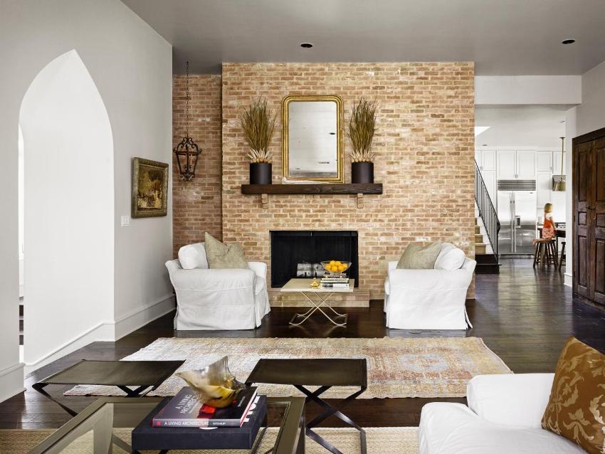 Декоративная плитка с имитацией кирпичной кладки в гостиной