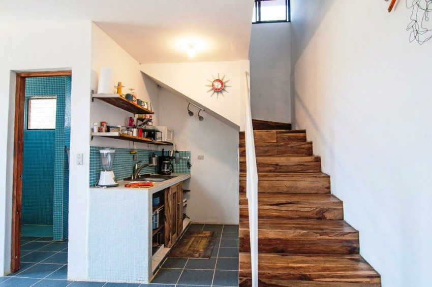 Под лестницей оборудована кухня