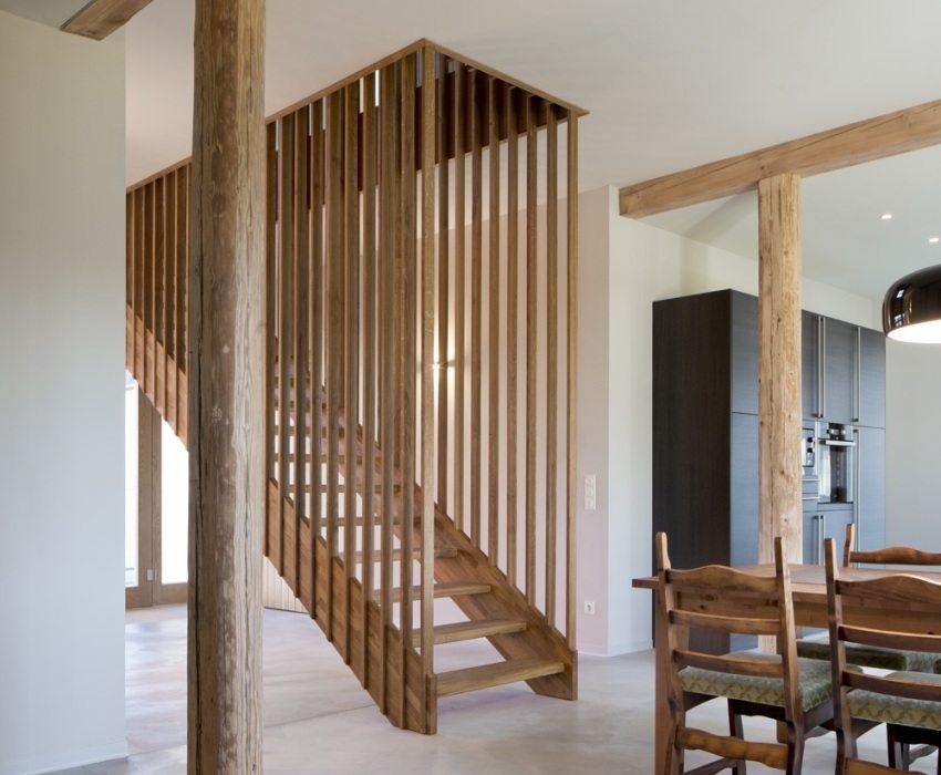 Деревянная лестница на кухне