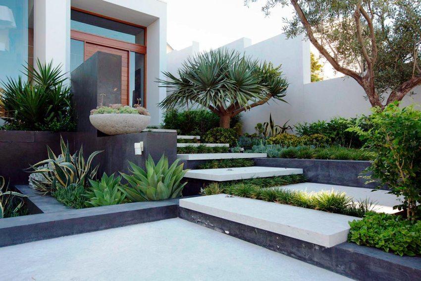 Частный двор оформлен вечнозелеными кустарниками