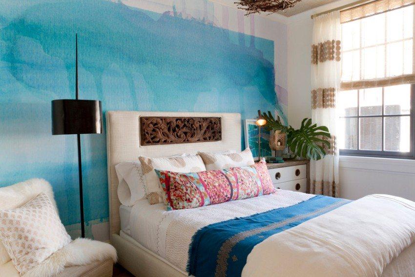 Креативный подход к покраске стены в спальной комнате