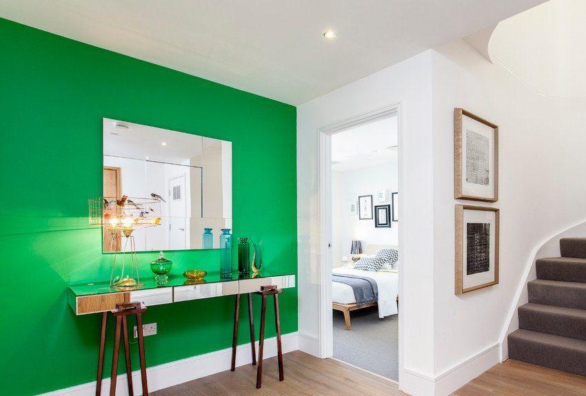 Необязательно окрашивать в яркие цвета все стены комнаты, можно эффектно выделить только одну из них