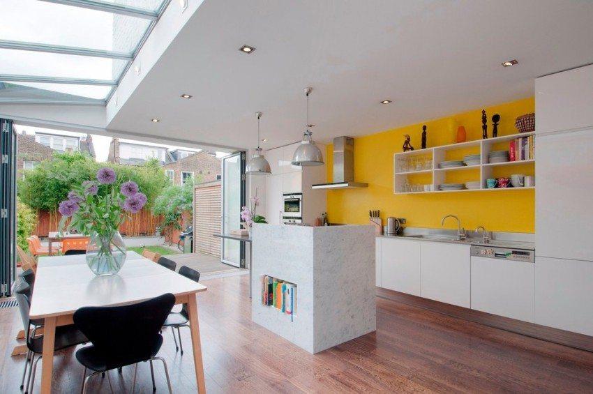 Покраска - практичный вариант для оформления рабочей стены на кухне