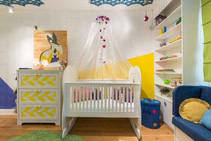 Сочетание белого, синего и желтого цветов краски на стенах в детской комнате