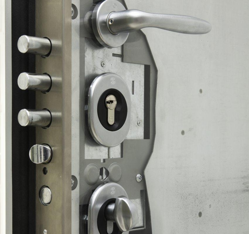 На общую стоимость двери повлияет и качество установленного в ней замка, но экономить на этом не стоит
