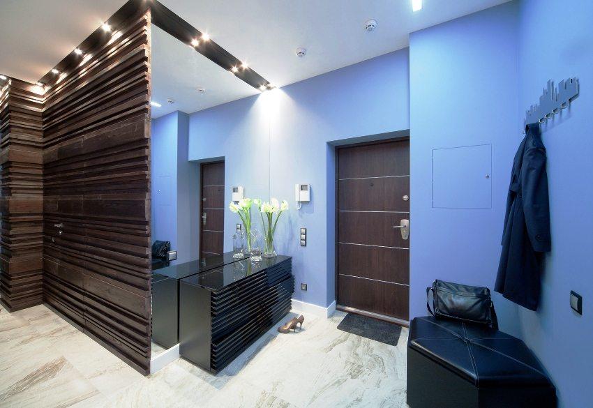 Оштукатуренные и окрашенные дверные откосы в прихожей
