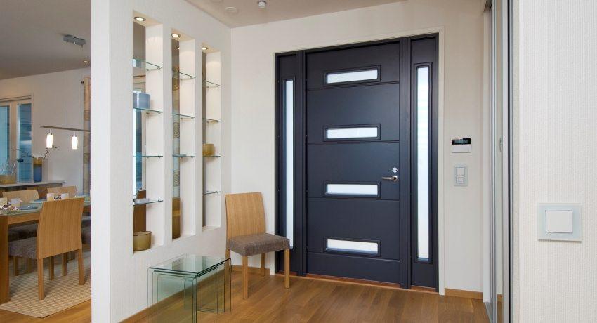 Выбирая входную дверь - стоит обратить внимание на ее дизайн, размер, внутреннее наполнение и надежность запорных механизмов