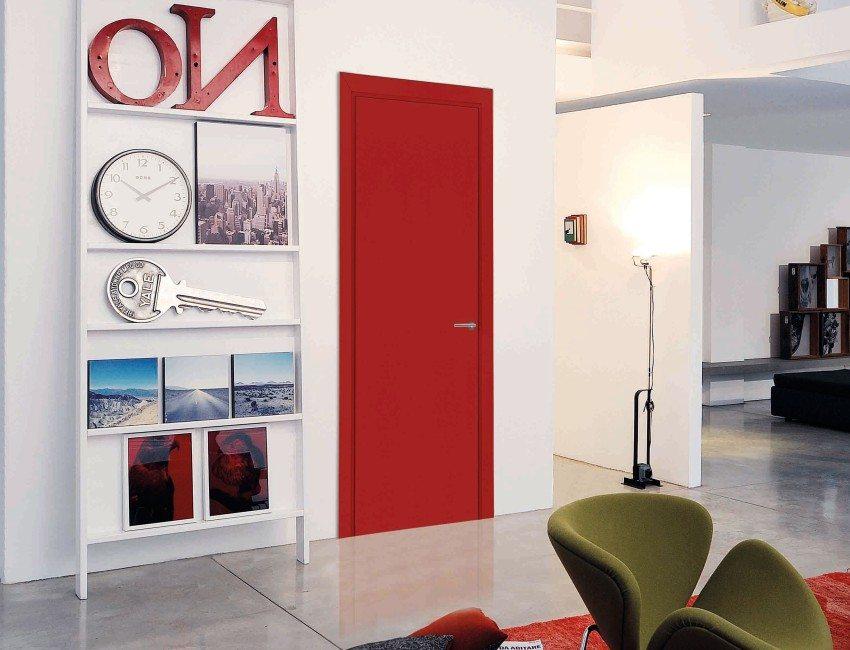 Входная металлическая дверь, окрашенная в яркий красный цвет