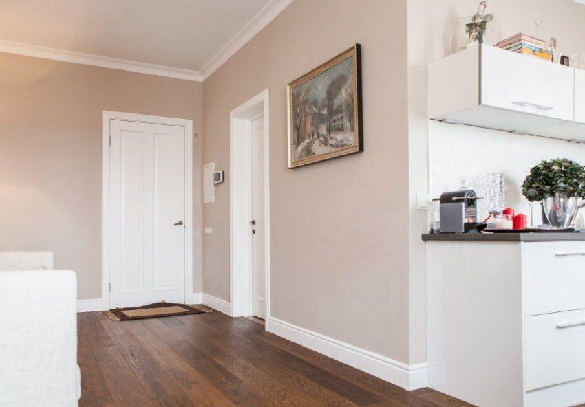 Стиль входной двери отлично вписывается в интерьер современной квартиры