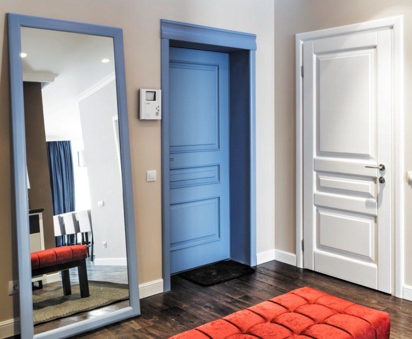 Деревянную дверь можно окрашивать в различные цвета и в дальнейшем многократно перекрашивать