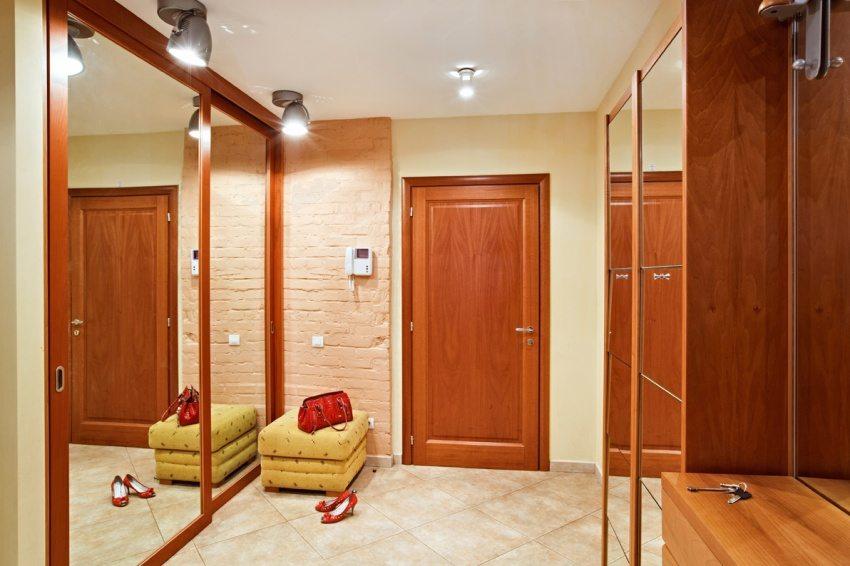 Оттенок мебели в прихожей перекликается с цветом отделки входной двери