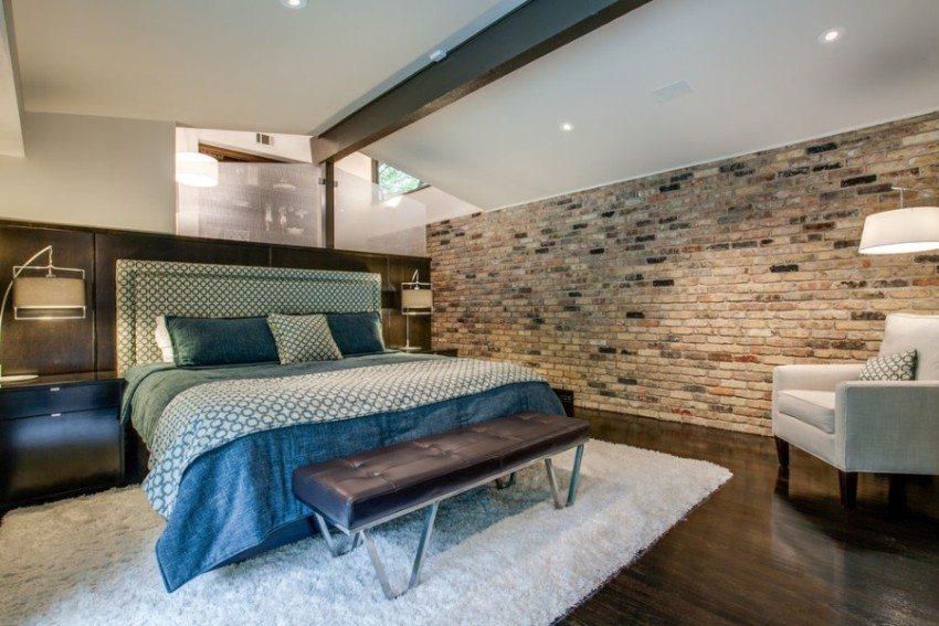 Стена, облицованная клинкерным кирпичом, не нуждается в дополнительном украшении
