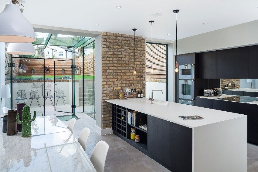 Часть кухонной стены оформлена с помощью влагостойкого клинкерного кирпича