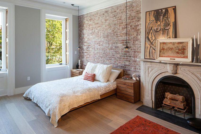 Клинкерной плиткой облицована стена у изголовья кровати в спальне