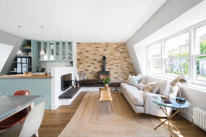 Стена, возле которой расположена дровяная печь, облицована клинкерной плиткой