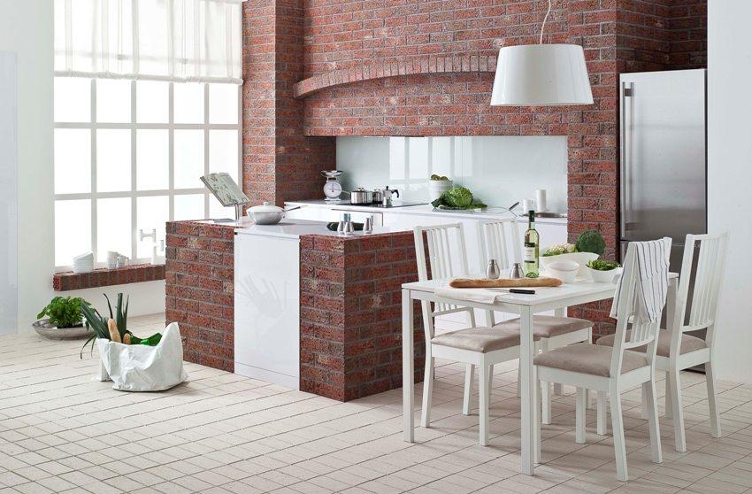 Рабочая зона кухни оформлена с использованием облицовочной клинкерной плитки