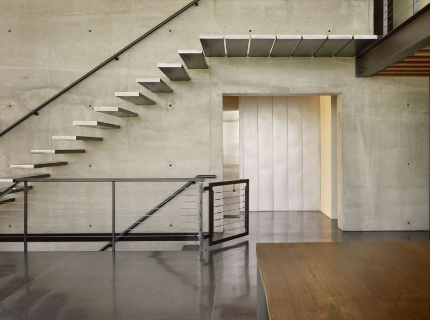 Интерьер с лестницей в индустриальном стиле