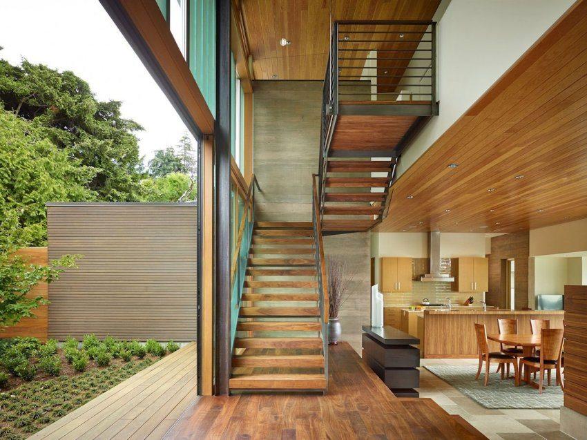 При строительстве дома важно правильно рассчитать размер лестницы на второй этаж