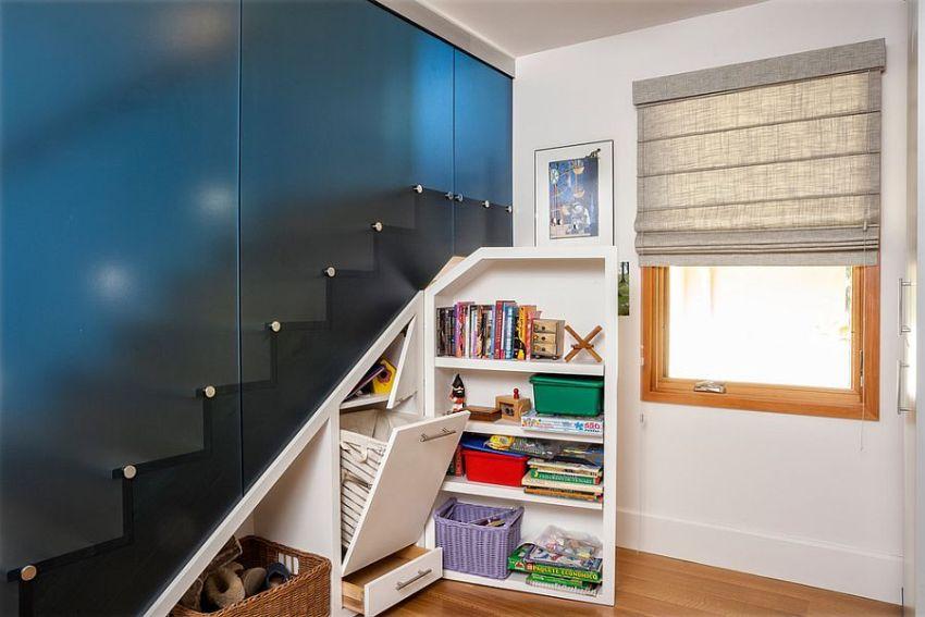 Лестница скрыта за перегородкой из матового пластика