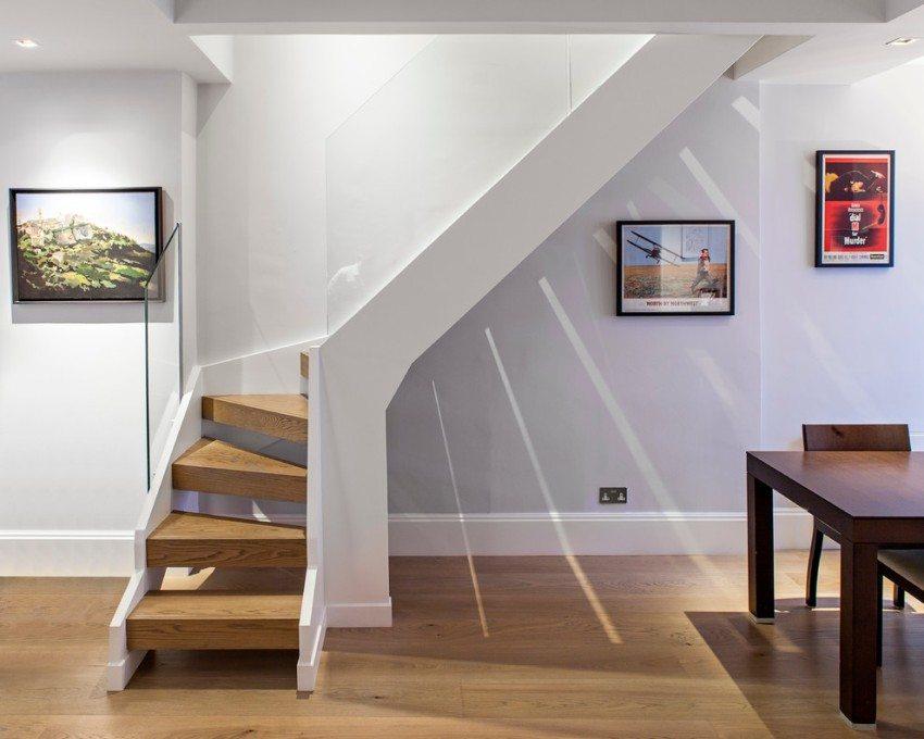 Деревянная лестница со стеклянными перилами
