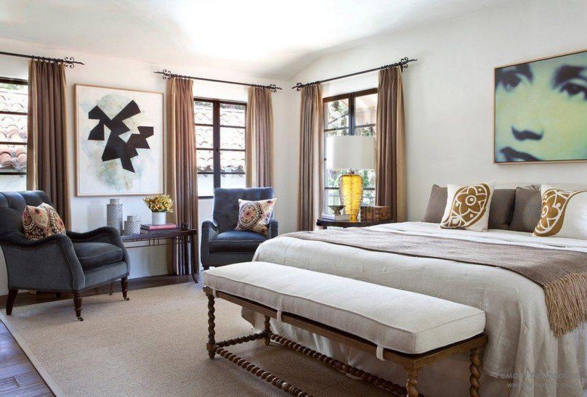 Для оформления комнаты использованы металлические карнизы с красивыми коваными элементами
