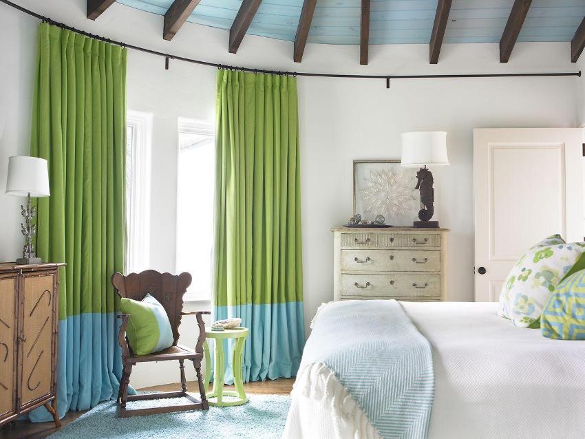 Гибкий карниз обрамляет округлую стену в спальне