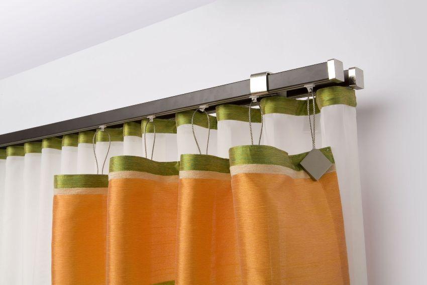 Пластиковый настенный карниз для размещения двух рядов занавесок - шторы и тюля