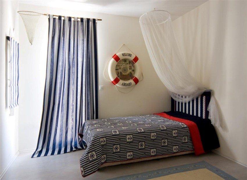 Карниз для штор и одновременно игровой элемент в детской комнате