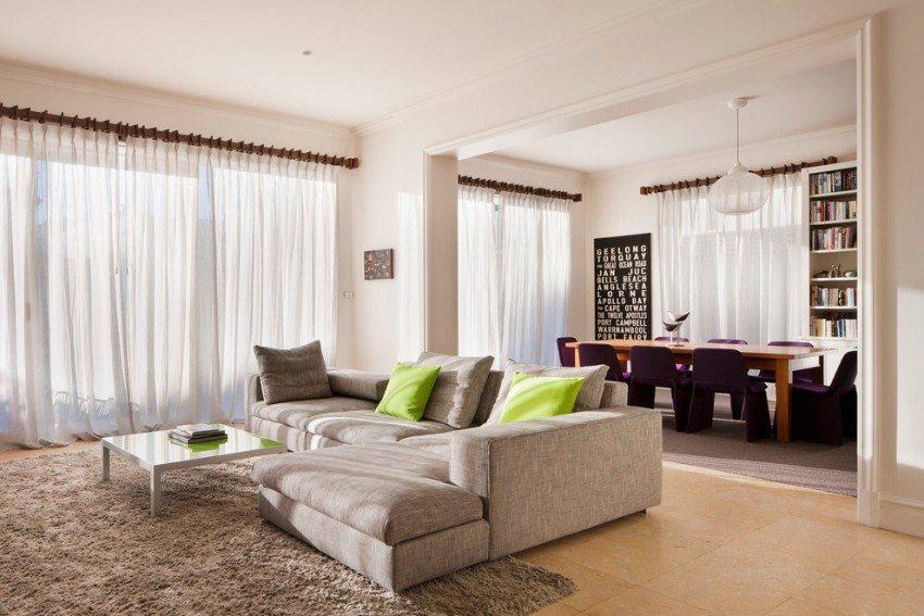 Для оформления интерьера гостиной и столовой подобраны контрастные темные карнизы из дерева