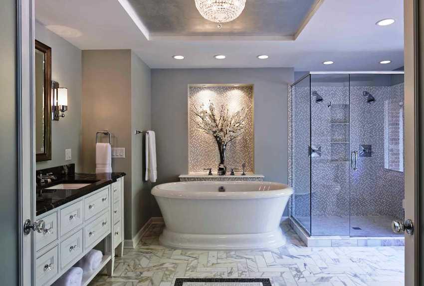 Продуманное многофункциональное освещение в ванной