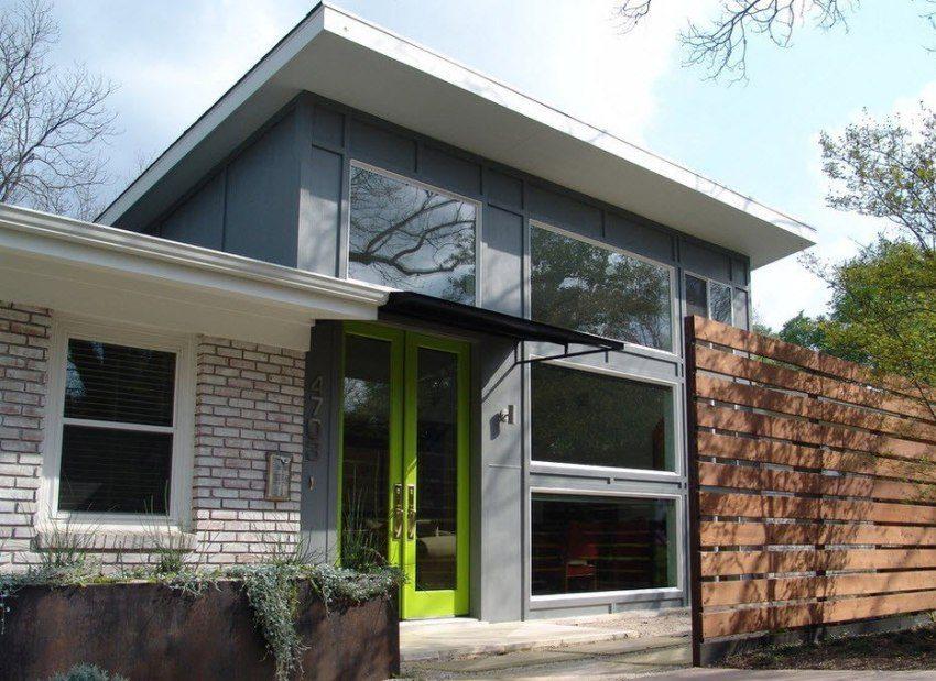 Дверь в частном доме из яркого пластика